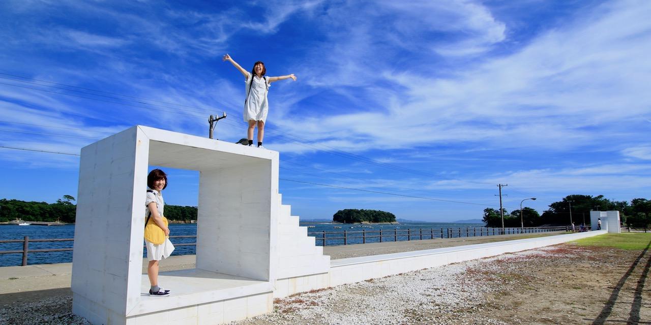 真夏のアート散策もまた楽し。潮風に吹かれながら海辺のアートを見るのは、とっ てもさわやかな気分です。 青空に映える白い「イーストハウス」で、フォトジェニックなシーンを楽しんで!